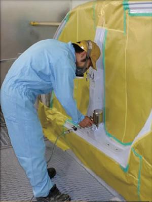 塗装ブースに入れて塗装作業